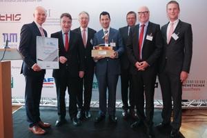 Wolff & Müller aus Stuttgart ist Bauunternehmen des Jahres 2015. NRW-Bauminister Michael Groschek (2.v.l.) übergab Preis und Urkunde an die zu recht stolzen Gewinner Dr. Matthias Jacob (1.v.l.), Dr. Albert Dürr (4.v.l.), Udo Berner (6.v.l.) und Daniel Küppersbusch. Zu den besonderen Stärken von Wolff & Müller zählten die Bereiche Innovationen, Prozessorientierung, Unternehmensstrategie und -steuerung so wie Wissensmanagement.