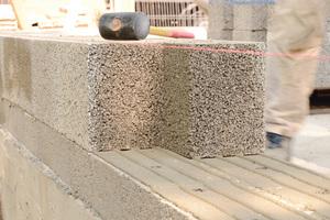 v.l.n.r.: Dank ihres geringen Gewichtes sind Leichtbeton-Steine einfach zu verarbeiten und zu transportieren. Großformate erleichtern dabei das Mauern im VerbandSchneiden, Schlitzen, Bohren: Leichtbeton-Mauersteine büßen weder beim Wärme-, noch beim Brand- oder Schallschutz ein