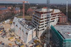 Studierendenzentrum (links), Forschungszentrum (Mitte) und Auditorium (rechts) definieren das außergewöhnliche Zentralgebäude der Leuphana Universität der Hansestadt Lüneburg.