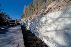 """Noch ist es eine Betonwand, wenn diese etwas """"Patina"""" angesetzt hat, erkennt nur noch der Fachmann, dass es sich um eine Stützmauer aus Beton und nicht um eine gemauerte Stützmauer handelt"""