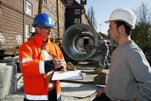 Ein vom Güteausschuss der Gütegemeinschaft Kanalbau beauftragter Prüfingenieur (li.) bei einer Besprechung vor Ort auf der Baustelle<br />