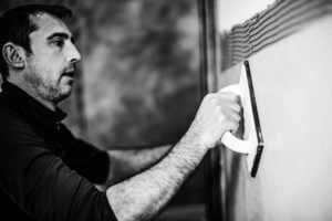 Die leichten Sichtbetonplatten lassen sich auf allen bautypischen Untergründen an Wand und Decke schnell und mühelos anbringen.<br />