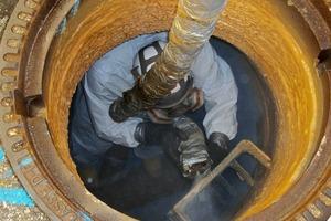 Im Sprühverfahren wird die Hauptkomponente des Systems Gepotech -11/22 drei Millimeter stark auf die Schachtwände aufgetragen<br />