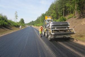 Schnell wird die Verlegung für die Straßenbaufirma zur Routine.