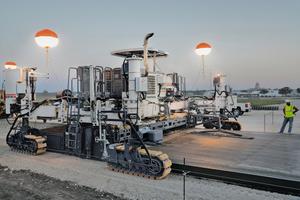 Der neue SP 94i beim Einsatz auf dem Memorial Airport Jefferson City, Missouri / USA. Für die 1,8 km lange Start- und Landebahn baute der Wirtgen Gleitschalungsfertiger den Beton auf einer Breite von 30 m (4 Bahnen à 7,5 m) bei einer Einbaudicke von 25 cm ein.<br /><br /><br />