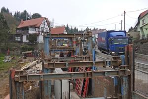 Die Verbaumaßnahme in der Ortsdurchfahrt ist durch eingeschränkte Platzverhältnisse und Arbeiten unter laufendem Verkehr gekennzeichnet.