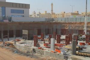 Der Einsatz der Universalschalung Raster trägt auf der Baustelle in Riad zur Kostenreduzierung und Qualitätsverbesserung im Betonbau bei.