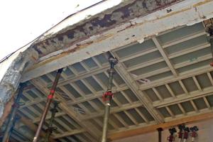 Auch bei Deckenarbeiten im Bestand kommt die handliche, leichte und kranunabhägige Systemdeckenschalung MevaDec zum Einsatz. Da sie ohne Raster auskommt, können selbst komplizierte und verwinkelte Grundrisse in bestehenden Gebäuden flexibel und einfach geschalt werden.