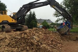 Die Lengenfelder Recycling und Abbruch GmbH nutzt beim Wiedereinbau von Material einen Sieblöffel RT 2500.<br />