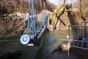 """Die zweispurige, ca. 80 m lange <span class=""""bildunterschrift_hervorgehoben"""">Behelfsbrücke</span> gewährleistet während der Bauarbeiten den Durchgangsverkehr<br /><br />"""