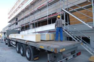 Anlieferung der werkseitig mit Sika Unitherm platinum brandgeschützten Deckenträger.
