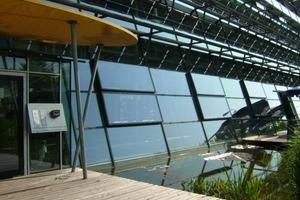 Solar-Fabrik Freiburg i. Br. mit 100 % Regenrückhaltung auf dem Grundstück. Regenwasser wird genutzt, verdunstet und versickert. Als Synergieeffekt begünstigt der Regenwasserteich eine höhere Ausbeute der Photovoltaik in der Fassade<br />