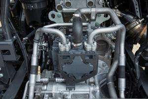 Die Hochdruckpumpe liefert 40 kW an jedem Radnabenmotor. Bei einem maximalen Pumpendruck von 450 bar kann sich an der Vorderachse ein Drehmoment von bis zu 12.500 Nm aufbauen.