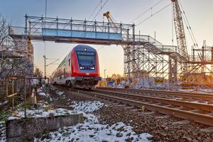 Als temporärer Zugang zu einer Mehrzweckhalle wurde Burkart Gerüstbau aus Rheinstetten mit dem Bau einer rund 70 m langen, zweiteiligen Brückenanlage für Fußgänger beauftragt – inklusive Treppenauf- und abgängen.