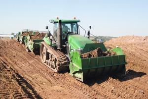 """Zur Erhöhung der Förderleistung pro Umlauf entwickelte DBH einen 2 bis 3 m³ fassenden Front-Scraper zum Traktoranbau, der seine Ladung während der Fahrt in einstellbarer Schütthöhe und Dosierung abschüttet<br /><span class=""""bildunterschrift_hervorgehoben"""">Fotos: DBH</span><br />"""