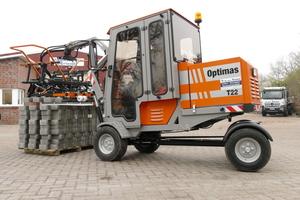 Die neue Optimas T 22 Pflasterverlegemaschine ist für mittlere Einsatzgrößen gedacht. Bei der Firma Matthias Sassen wird sie bereits erfolgreich genutzt.<br />