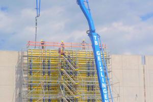 Die 13,15 m hohe mittige Brandwand wird in 12,00 m-Takten jeweils in einem Guss auf Lücke betoniert. (Foto: Schief)<br />