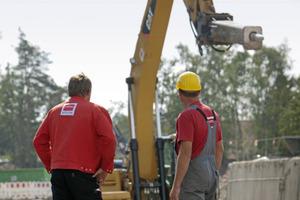 Stemmbagger: Mit einem Stemmbagger brachen die Bauspezialisten die alte Containerstation ab<br />