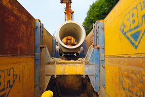 Einbringen der Fußrohre in die Baugrube<br />