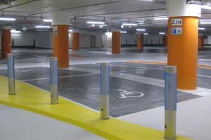 """Die Endbeschichtung der Garagenböden erfolgte mit """"Epoxy OS Color"""" von Remmers. Die Fahrbahnen im Farbton """"Lichtgrau"""" bilden einen Kontrast zu den Parkplätzen im dunkleren """"Verkehrsgrau B"""""""