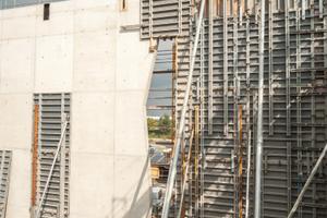 Schön sichtbar das durchgängige Schaltafel-Raster mit stehend und liegend eingesetzten Schaltafeln der Noe-top Wandschalung.