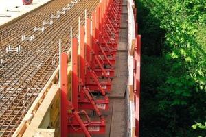 unten v.l.n.r.: Nach den Abbrucharbeiten wird die Schalungskonstruktion für die Herstellung der neuen Kappe auf der Bühne aufgebaut; Goldbachbrücke Überlingen<br /><br />Das Schließen der Konsolkonstruktion erfolgt – je nach Anforderung– lediglich mit Geländer oder wie hier mit kompletter Einhausung. Diese bietet maximalen Schutz für den unten laufenden Verkehr; Brücke Rheintalautobahn bei Dornbirn<br />