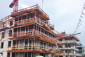Die Balkone im Bau: Die stabilen MEP-Traggerüsttürme mit jeweils 4 Stützen und Verbindungsrahmen tragen die H20-Träger, auf denen die Schalhaut aufliegt (MevaFlex-Methode).