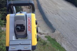 Steuerungstachymeter SPS930 von Trimble zur Steuerung des Baggers im Aufsprunghang sowie für Absteckarbeiten mit einer Einmann-Robotikausrüstung.