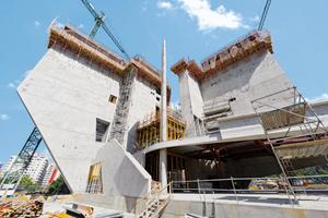 Die verwinkelt angeordneten Wandscheiben sind bis zu 37 m hoch und teilweise im unteren Drittel schräg angeschnitten