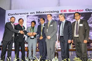 """Auch in Indiens zweitgrößter Stadt gab es einen Preis für die Duo. Der """"Construction Opportunity Excellence Award"""" ging in diesem Jahr an die Innovative Schalung aus Weißenhorn."""