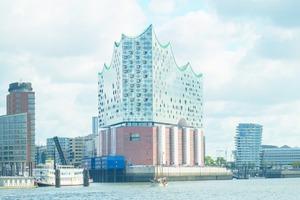 """<span class=""""info_link""""><strong>Elbphilharmonie, Hamburg</strong></span><strong>:</strong> Markantestes Merkmal des von Hochtief realisierten Bauwerks im Westen der HafenCity ist die gläserne Wellenkrone. Zum Komplex gehören drei Konzertsäle, ein Hotel, gewerbliche Einheiten und Eigentumswohnungen. Die Eröffnung der Elbphilharmonie fand im Januar diesen Jahres statt. Bauherr war die Elbphilharmonie Bau KG, deren Gesellschafter und Hauptfinanzier die Freie und Hansestadt Hamburg ist."""