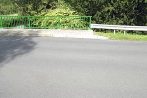 So stellt sich der Brückenübergang im September 2015 dar: dank funktionsfähiger Asphalteinlage bleibt der Übergang unsichtbar - von Rissbildung keine Spur.