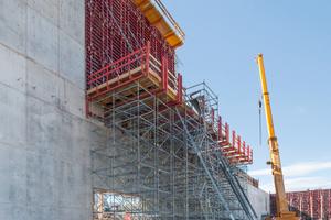 Die 23m hohen Wandabschnitte wurden auf einer 12m hohen Peri Up Arbeitsplattform hergestellt.