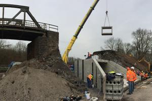 unten: Der Einsatz von Fertigteilen erspart dem Bauunternehmer einen aufwändigen Verbau, das Anlegen von Hilfsbrücken und den Einsatz von Ortbeton.