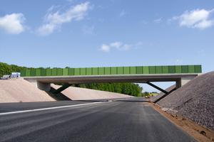 Im Rahmen des Ausbaus der A 72 entstand auch diese Brücke aus Weißbeton