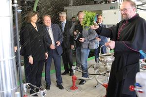 Bayerns Wirtschaftsministerin Ilse Aigner weiht zusammen mit Dekan Stefan Scheifele den neuen Tunnelofen am Stammsitz der Ziegelwerke Leipfinger Bader in Vatersdorf (Niederbayern) ein.<br />&nbsp;<br /><br />