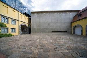 """v.l.n.r.: Sichtbeton erlebt schon seit längerem eine Renaissance. So erinnert zum Beispiel beim Angermuseum in Erfurt eine Wand an gestapelte Passepartouts und Bilderrahmen<br /><br />Eck- bzw. Abschlussmatrizen ermöglichen bei dem Dessin """"Lausitzer Granit"""" eine Fortführung der Struktur """"um die Ecke"""". Das Dessin selbst ist so aufgebaut, dass es in Höhe wie Breite beliebig ergänzt werden kann. Diese Aufnahme entstand an einem Brückenbauwerk der B 178n bei Löbau<br />"""