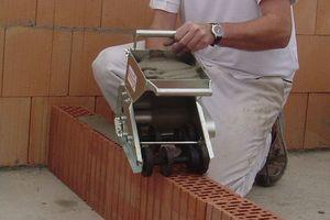 """Die Verlegung der Coriso-Ziegel erfolgte durch vom Ziegelhersteller zur Verfügung gestellte """"unimaxX""""-Mörtelschlitten."""
