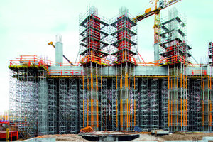 3Die Säulenquerschnitte mit 1,40 x 1,40 m Kantenlänge werden mit Peri Trio geschalt. Für die Bewehrungs- und Schalungsarbeiten bieten Peri Up Bewehrungsgerüste, aufgelagert auf Multiprop Türmen, maximale Sicherheit