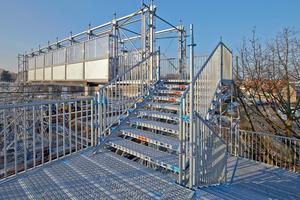 Mit dem Layher AllroundGerüst und Ausbauteilen wie dem Allround Brückenträger konnten die Gerüstbauer eine Lösung realisieren, die wirtschaftlich im Aufbau ist und den geltenden Vorschriften für den öffentlichen Bereich entspricht.