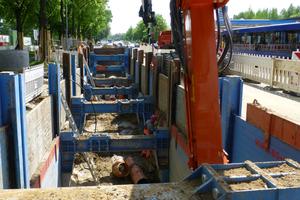 links: Die Verbaumaßnahme auf der Salzdahlumer Straße war durch eingeschränkte Platzverhältnisse und Arbeiten unter laufendem Verkehr gekennzeichnet.Montage eines Führungsrahmens mit Linearverbauträgern und U-Laufwagen.