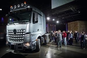 Weltpremiere: Andrang der Fachjournalisten beim Actros SLT (linkes Bild) und Arocs SLT (rechtes Bild) im Mercedes-Benz-Werk Wörth
